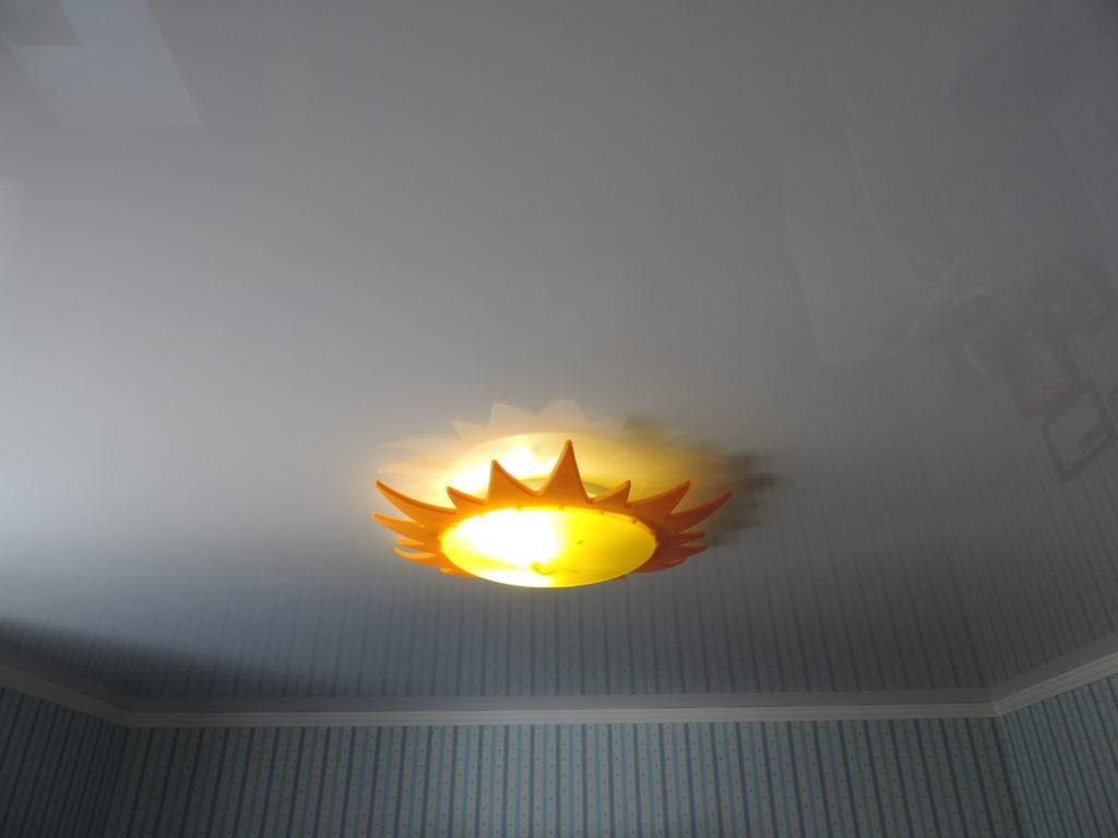 Установка люстры в натяжном потолке