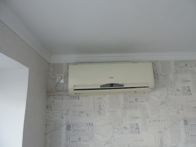 Как самостоятельно снять кондиционер со стены для замены обоев
