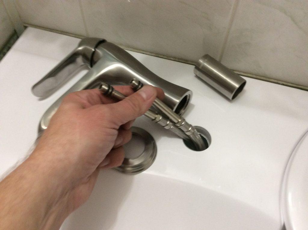 Просовываем через отверстие шланги для воды