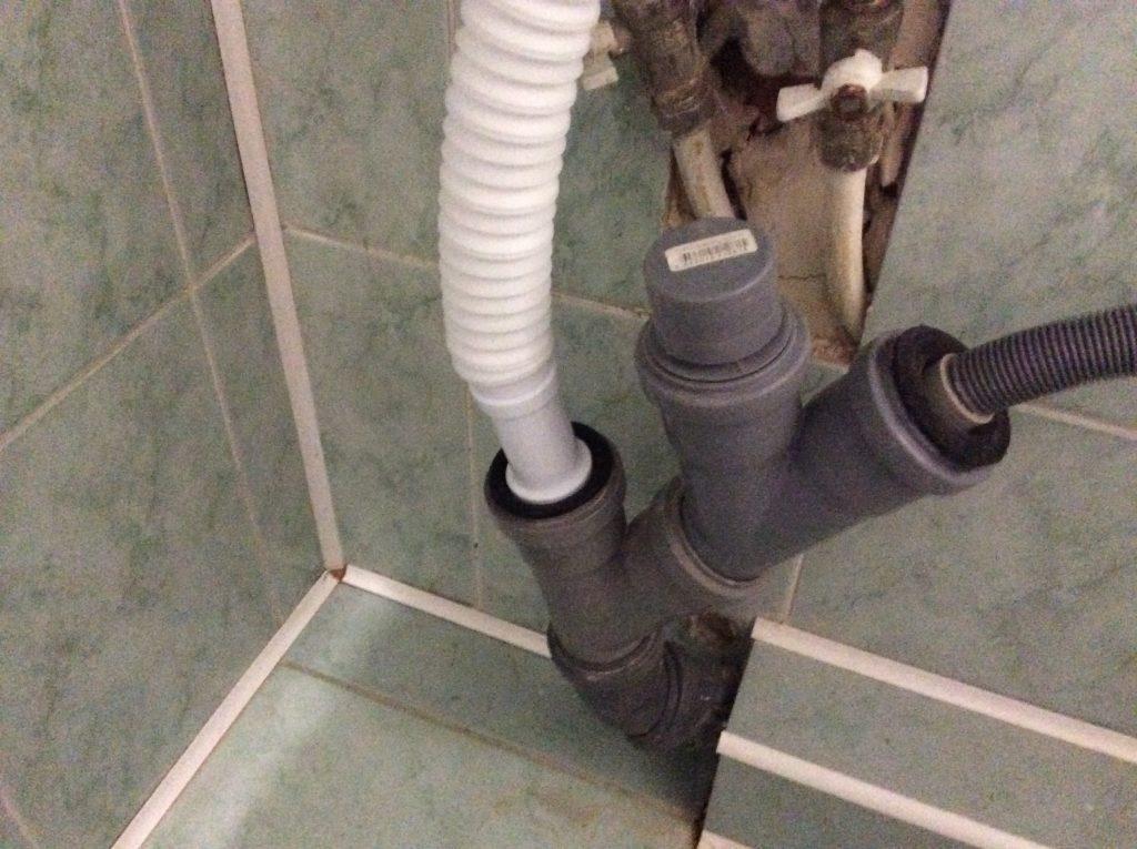 Сифон раковины подключаем к канализации